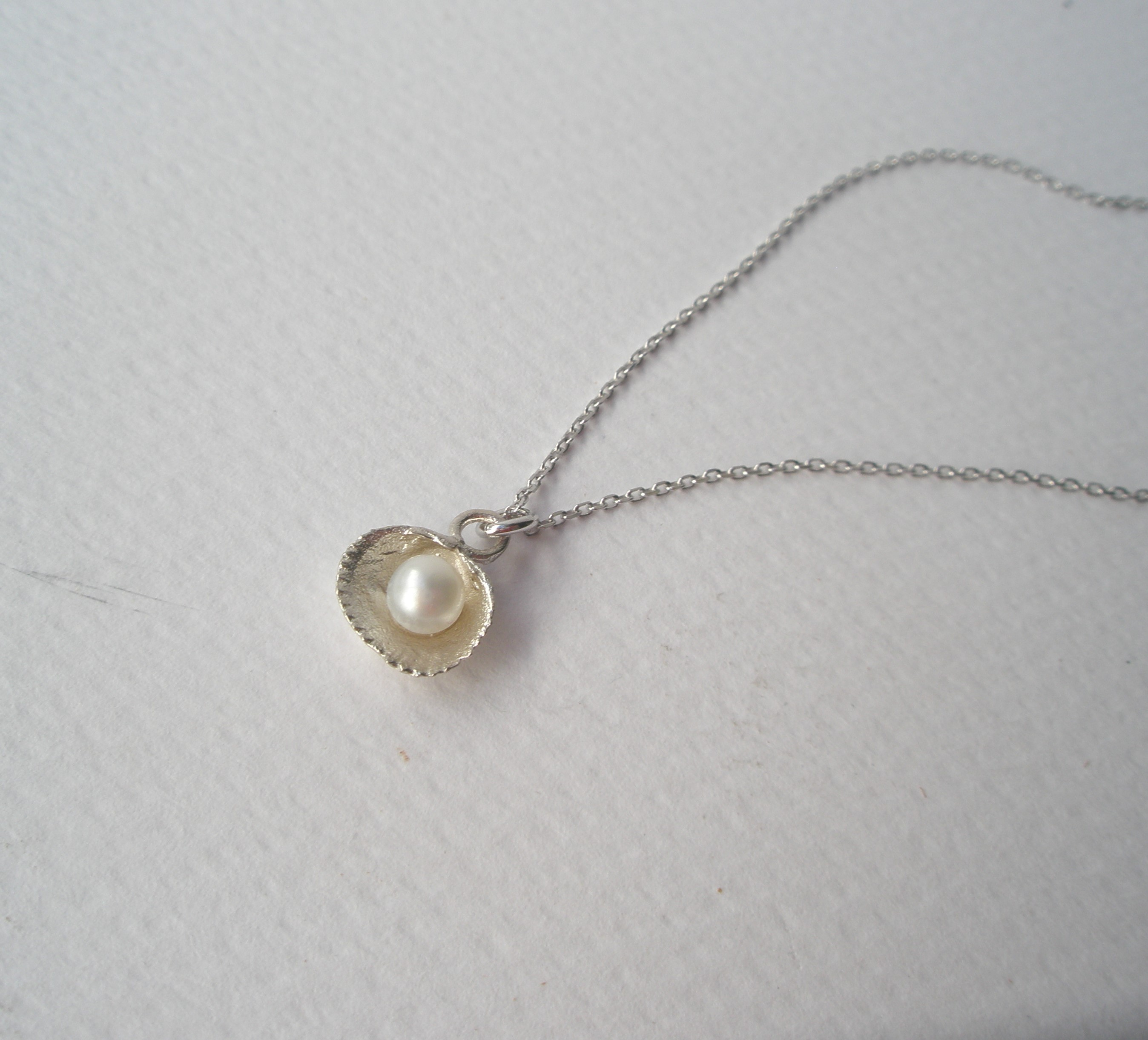 97a32406bc Ασημένιο μενταγιόν αχιβάδα με μαργαριτάρι ~ Velli